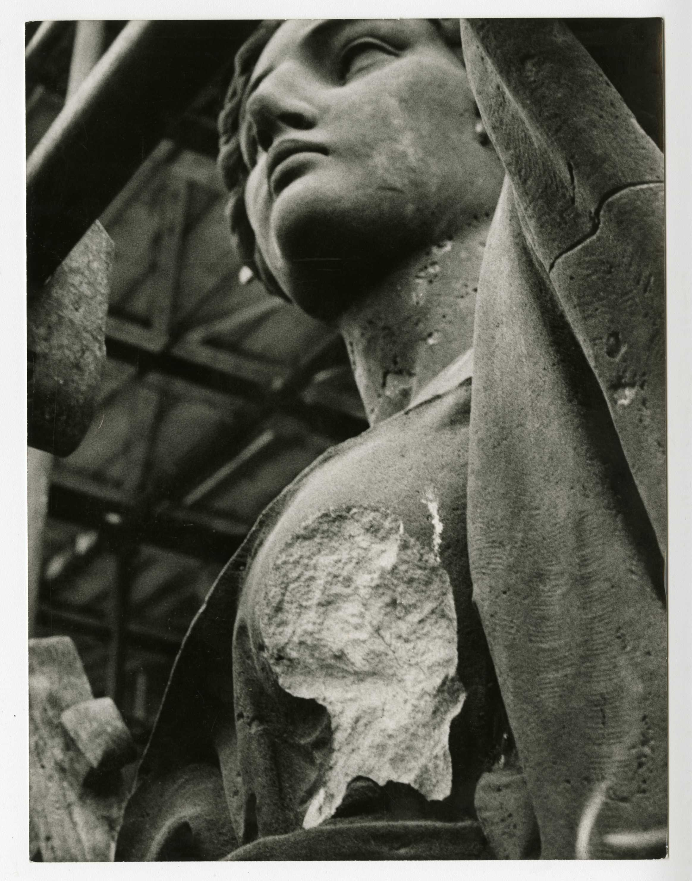 Fotografie. Socha poškozená střelbou v roce 1968. Zdroj: Národní muzeum