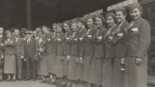Fotografie. Ženská část výpravy při odjezdu na OH v Berlíně v roce 1936. Zdroj: Národní muzeum