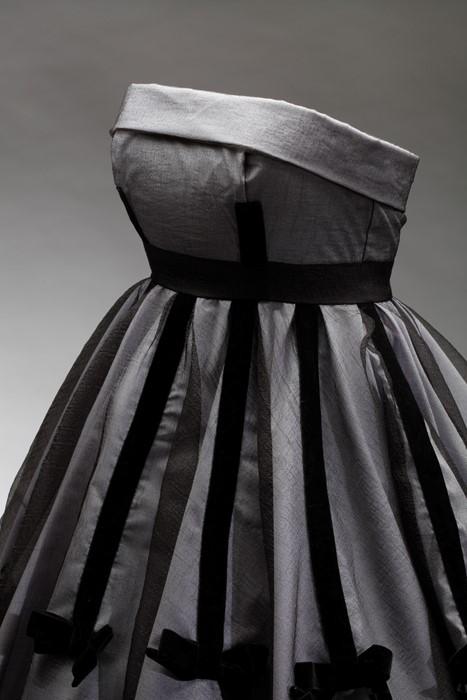 444ac2c83ca0 Šaty dámské společenské v barvě holubičí šedi se sametovými dekoracemi